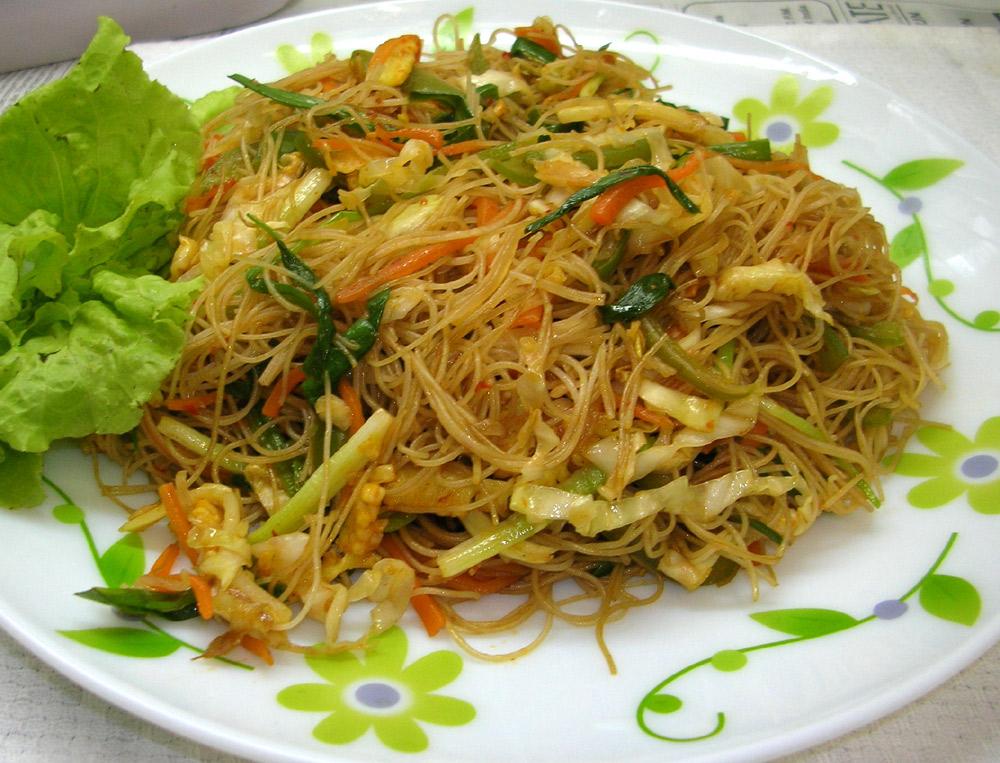 Wok de verduras salteadas con fideos de arroz / Cocina