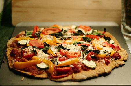 Secretos para hacer pizza esponjosa y crocante platos for Platos de pizza