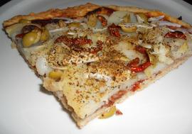 Pizza de patata, tomate seco y olivas