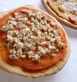 Pizza de coliflor con salsa romescu