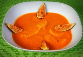 Sopa de tomate con higos frescos