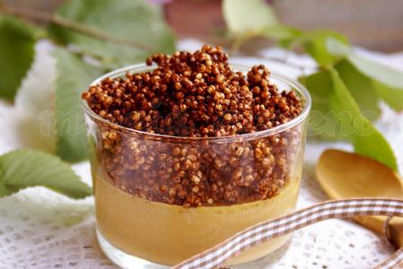 Natillas con crumble de quinoa a la algarroba