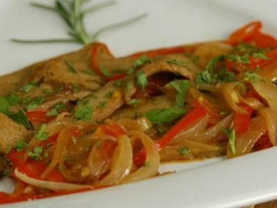 Seitán con salsa de calabacín y cebolla