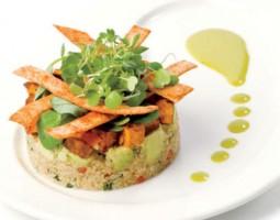 Timbal vegetariano de quinoa, patatas y aguacate
