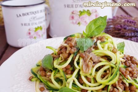 Espaguetis de calabacín al ajillo con lentejas y gírgolas