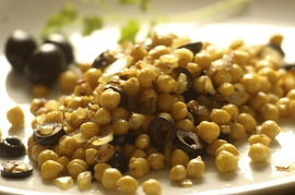 Garbanzos fritos al curry con olivas