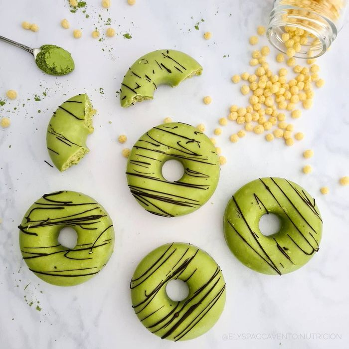 Donuts de quina pop, chocolate blanco y matcha.